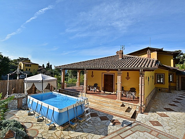 Case Moderne Con Piscina : Caratteristica villa bifamiliare con terrazza e piscina holiday
