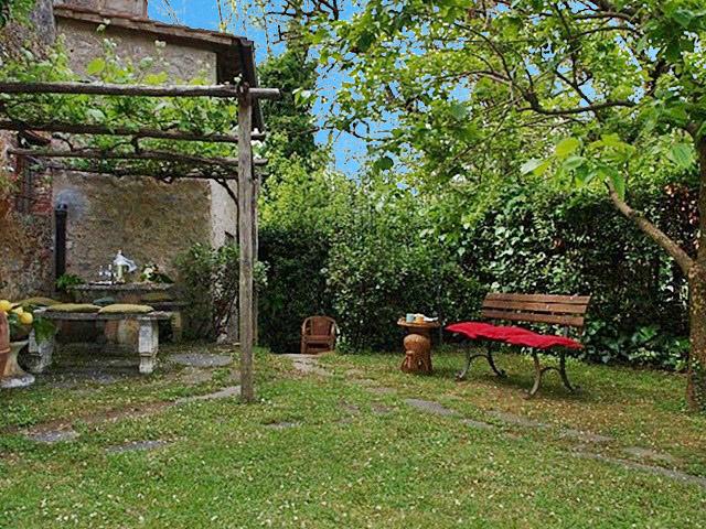 Prima collina di camaiore casa di campagna con giardino for Piani di campagna in collina